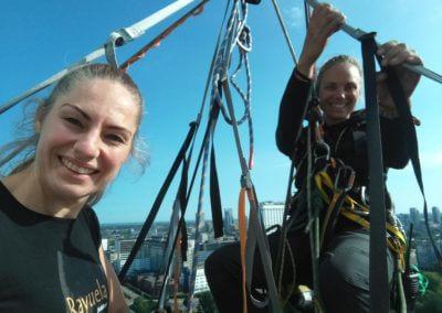 Professioneel klimmer Marianne prepareert mijn abseil van de Euromast